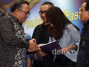 Wamenparekraf Serahkan Hadiah FFI 2012