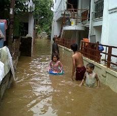 Banjir Kiriman dari Bogor Mulai Rendam Rawajati Jaksel
