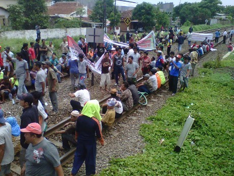 Dilarang Berjualan di Atas KA, Ratusan Asongan Blokir Rel di Cirebon