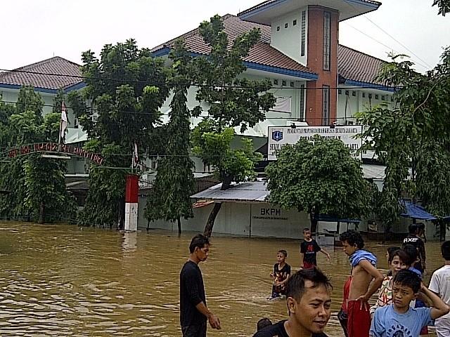 Banjir 1 Meter, Sekolah Favorit di Jakarta SMU 8 Libur