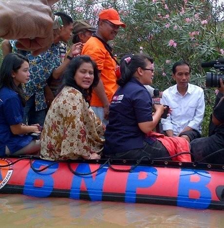Jokowi Blusukan Sore-Malam Salurkan Bantuan Banjir