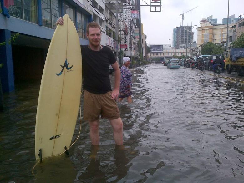 Bule Peselancar di Glodok: Selalu Ada Kesenangan di Tengah Bencana