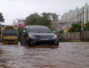Ratusan Mobil Terjebak di \Danau\ Pluit