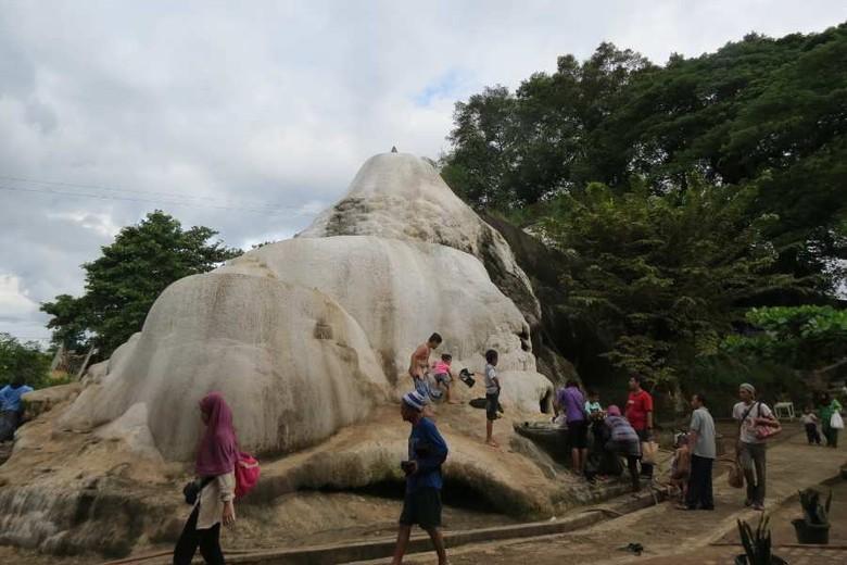 Gunung kapur yang mengeluarkan air panas di Tirta Sanita Ciseeng (Fitraya/detikTravel)