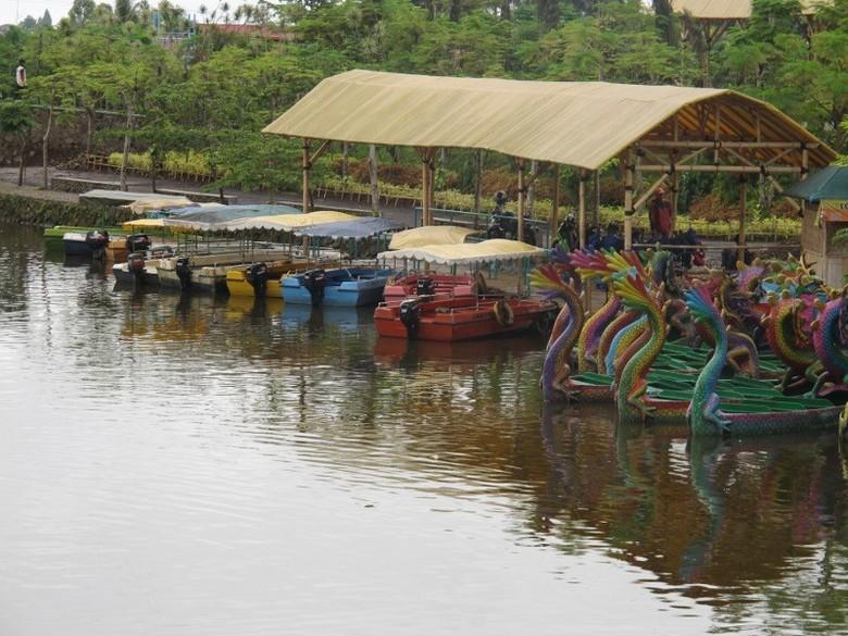 Perahu bebek, salah satu wahana yang ada di Taman Wisata Matahari (Putri/detikTravel)