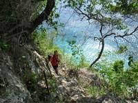 Menuruni tebing menuju Pantai Suwehan
