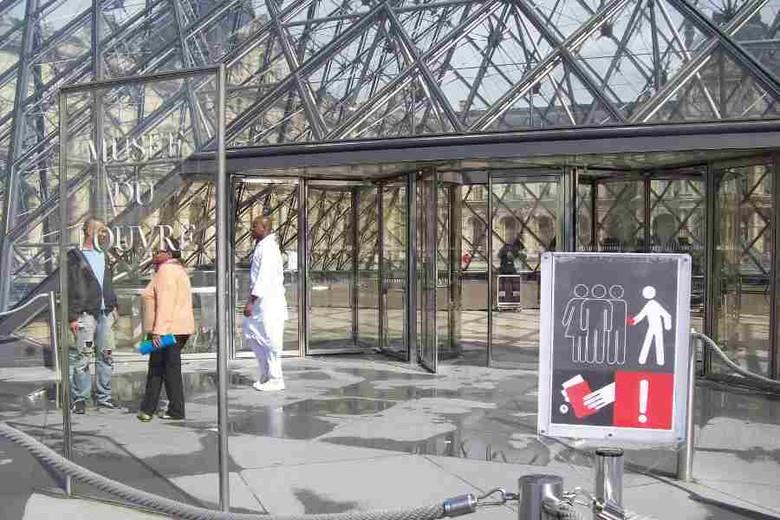Peringatan bahaya copet di pintu masuk Museum Louvre, Paris (Fitraya/detikTravel)