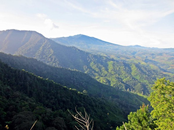 Pemandangan gunung sekitar dari puncak 1 gunung Rakutak