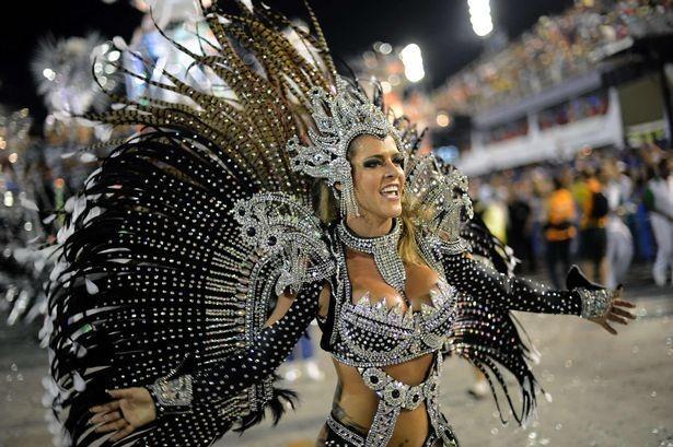 Wanita seksi bergoyang samba dengan kostum yang unik di Karnaval Rio (AFP)
