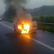 Mitsubishi Galant Terbakar di KM 1 Ruas Tol Halim