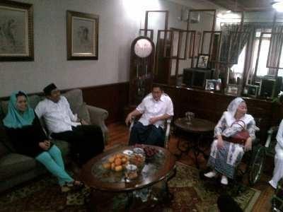 Yenny & Keluarga Ciganjur ke Rumah Anas Jenguk KH Attabik Ali