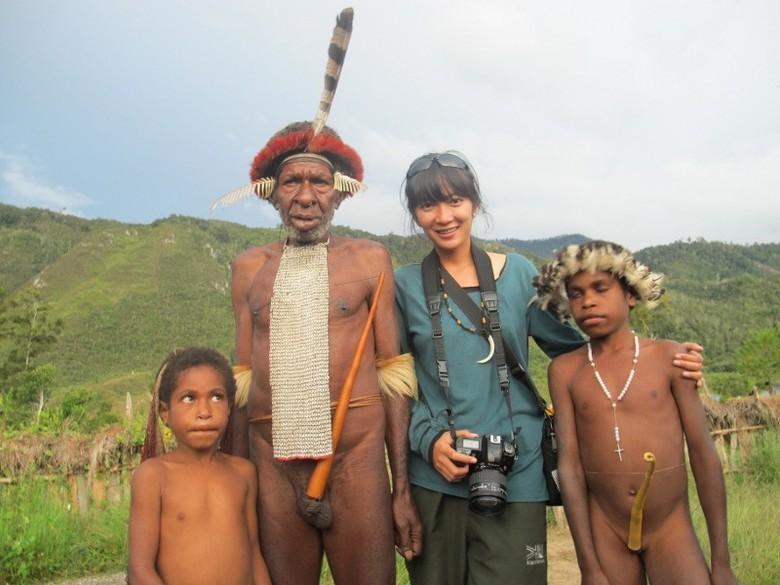 Wisatawan berpose bersama Suku Dani di Wamena, Papua (Afif/detikTravel)