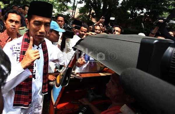 Berkemeja Putih, Jokowi Nonton K-Pop Bareng Anak ABG