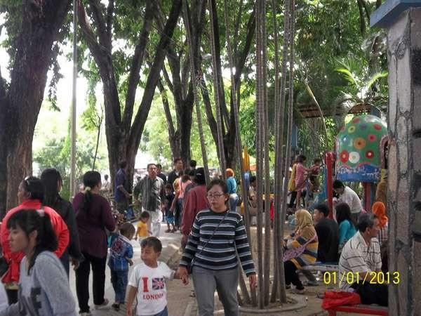 Suasana ramai di Taman Bungkul, Surabaya (Mawan Sidarta/d'Traveler)