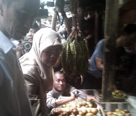 Jokowi Borong Manggis di Pasar Poncol Senen
