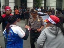Pak Polisi Ikut Joget Bareng Pendemo di Medan