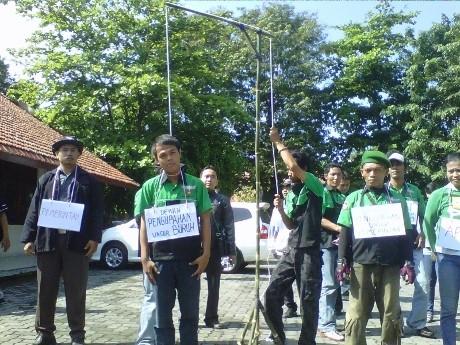 Demo Upah, Buruh Aksi \Gantung Diri\ di Kantor Disnakertrans Semarang