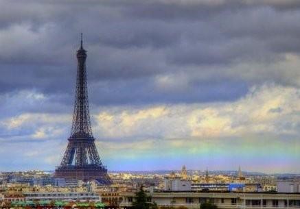 Pelangi horizontal menjadi latar Menara Eiffel (Kulik/Dailymail)