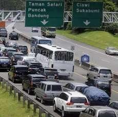 Kendaraan Mengular 2 Km di Gerbang Tol Cileunyi Menuju Bandung