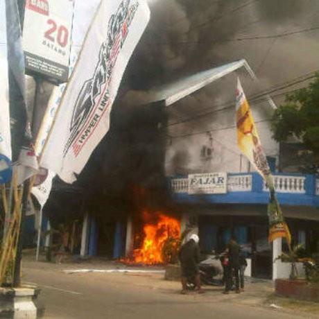 Palopo Pos Dibakar Massa dengan Tabung Gas dan Bom Molotov