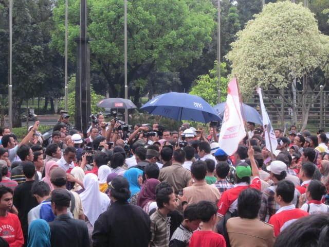 Lepas Jabatan Hakim Konstitusi, Mahfud MD Disambut Warga dengan Shalawat