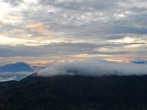 Asap Putih Tebal Keluar Dari Gunung Dieng, Turis Harap Waspada