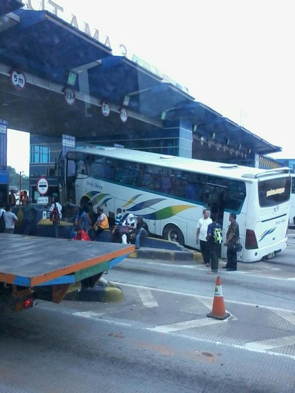 Bus Dedy Jaya Tabrak Loket Tol di Cikarang Utama