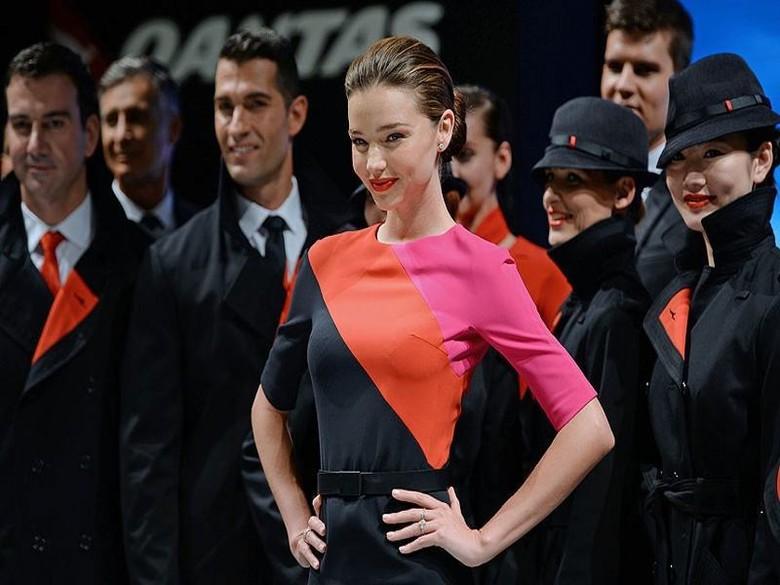 Seragam baru Qantas Airways yang diperagakan Miranda Kerr (telegraph.co.uk)