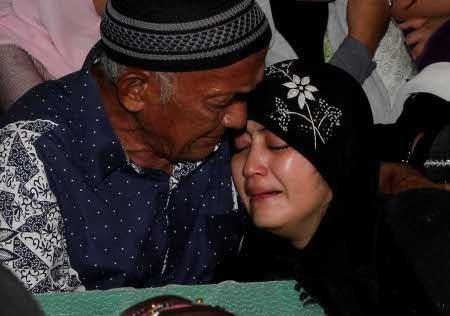 Istri Uje Kembali Pingsan di Pemakaman