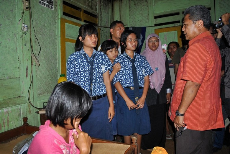 Dibantu Bupati, 3 Siswi SMP Kakak Beradik yang Jadi Buruh Menangis