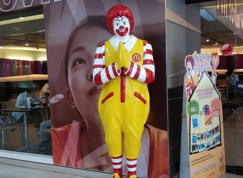 Ronald McDonald berpose 'wai' di Bangkok (Shafa/ detikTravel)