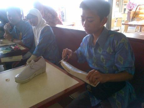 Tangis Siswa SMP Penemu Sepatu Anti Pelecehan Seksual di Malaysia