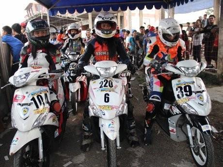 Ada Pebalap Wanita di One Make Race Yamaha Mio J