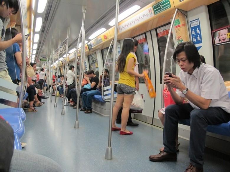 Suasana di dalam MRT Singapura, nyaman banget! (Afif/detikTravel)