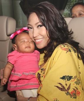 Anak Umur 2 Bulan, Ayu Dewi Punya Teman Ngobrol