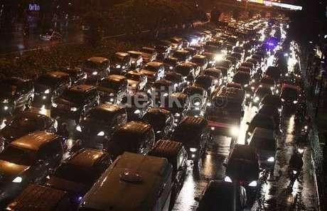 Perbaikan Jalan Amblas, Tol Cikampek Arah Jakarta Makin Macet