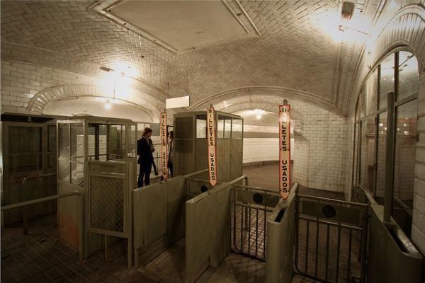 Chamberi Station, ada tur untuk menjelajahi stasiun hantu ini (environmentalgraffiti.com)