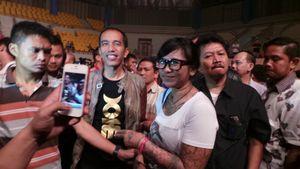 Lelah Berdiri Menunggu Arkarna Tampil, Jokowi Duduk di Lantai