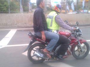 Pak Polisi Bergaya di Jalan Tol
