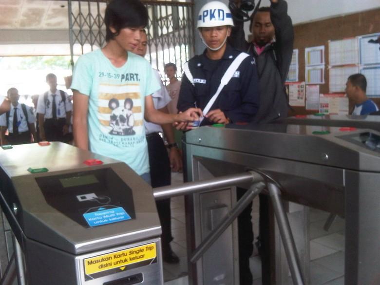 Mulai 1 Juli 2013, Tiket Kertas KRL Non Ekonomi Dihapuskan