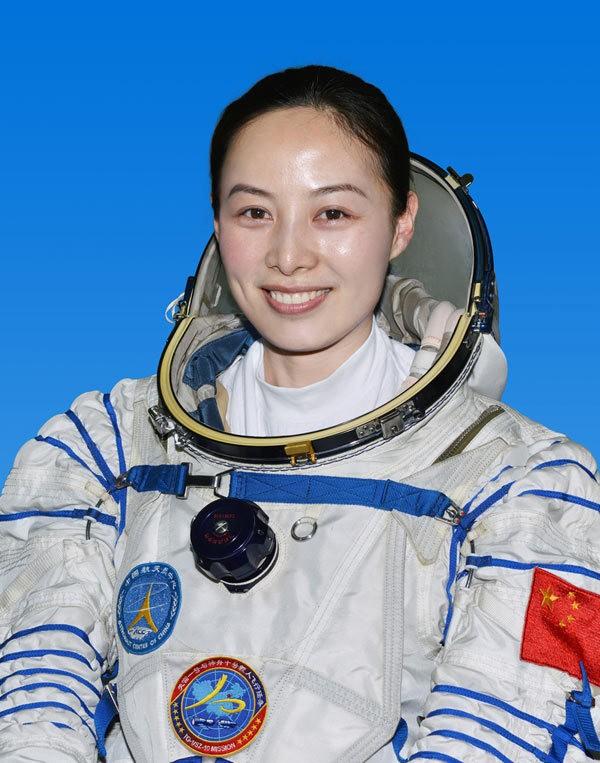 Wanita Cantik Siap Terbangkan Pesawat Luar Angkasa China Shenzhou-X