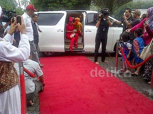 Tiba di Masjid, Jupe Disambut Red Carpet