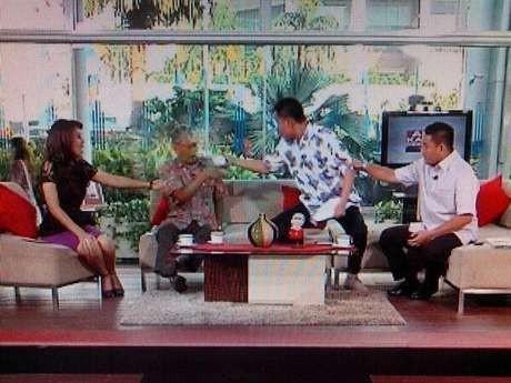 Ini Video Saat Munarman Menyiram Tamrin Tomagola di TVOne