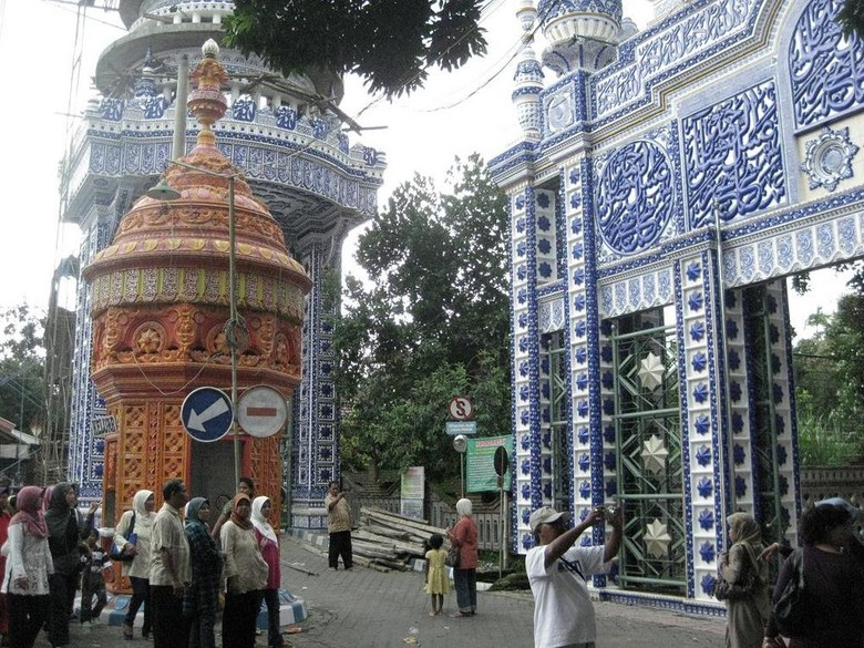 Wisatawan berkumpul di gerbang depan Masjid Tiban (wisatadimalang.com)