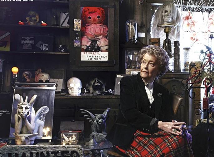 Loraine bersama koleksinya di Occult Museum, salah satunya Annabelle (bloody-disgusting.com)