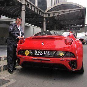 Hotman Paris Koleksi Mobil Mewah Agar Lawan Segan