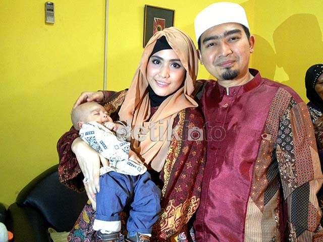 Ustad Solmed Kompak Berbatik dengan Anak dan Istri
