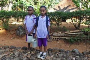 Siswa Bitobe yang Harus Bawa Jeriken Air Saat Pergi dan Pulang Sekolah