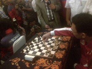 Main Blind Chess Lawan Woman Grand Master, Ahok Keok