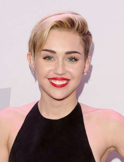Miley Cyrus Pamer Perut di Jingle Ball 2013